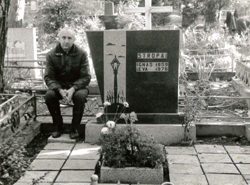 Albinas Kijauskas prie Igno ir Ievos Stropų kapo Kaune. Albino Kijausko albumas