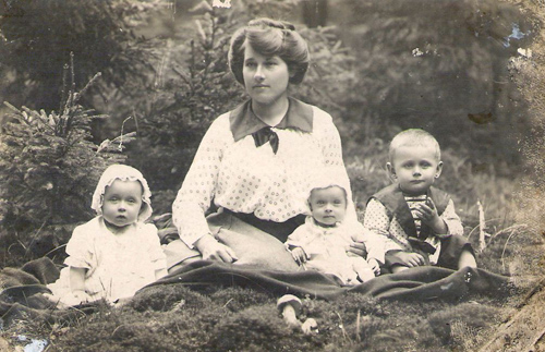 Fotografo žmona su vaikais Šiemuliuose. Albino Kijausko albumas