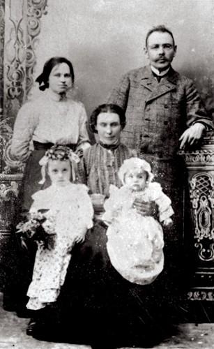 ežinoma šeima I. Stropaus ateljė Kretingoje. Stanislovo Žvirgždo skaitmeninis archyvas