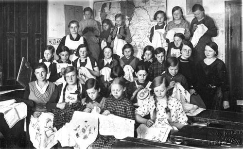Vidmantu mergaičių rankdarbių kursai. J. Klietkutės kolekcija